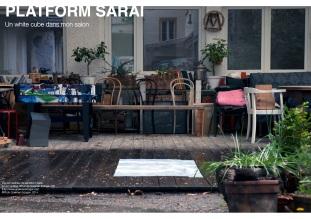 """Vue de l'extérieur sur la Platform Sarai. Au sol """"untitled, 2014"""" de Goekhan Erdogan (DE) ©Photo Goekhan Erdogan, 2014 (http://www.goekhanerdogan.de/)"""