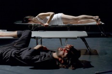 """Probenfoto, """"sleepers"""" performance von Raman Zaya (Regie); performer: Nina Vallon und Goncalo Cruzinah, Uraufführung 17.03.2011, Studiubühne Künstlethaus Mousonturm Frankfurt a.M.; mouson-Kooproduktion"""